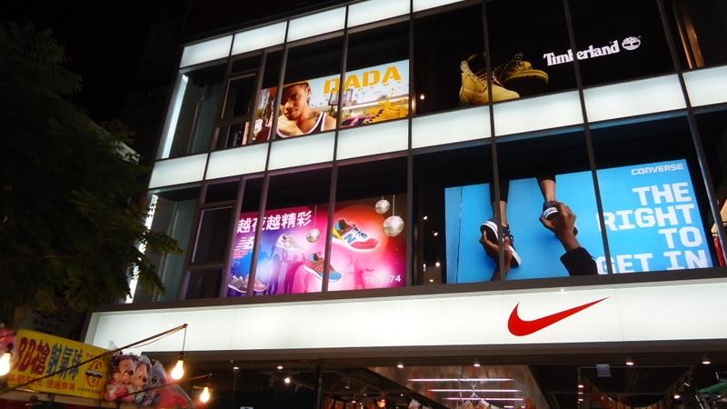 體育用品店燈箱片廣告